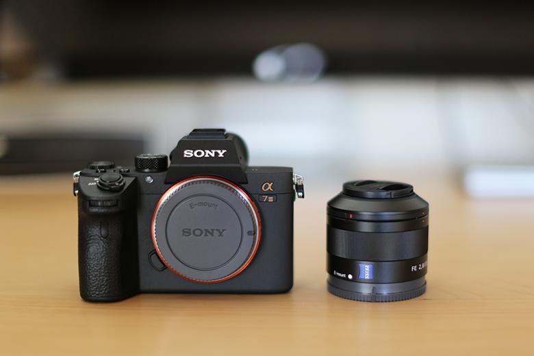 SONY α7 IIIとSonnar T* FE 35mm F2.8 ZAを並べて撮影