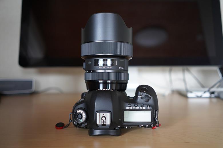 SIGMA 14-24mm F2.8 DG HSM をCanon 5D mark3に取り付け 上から