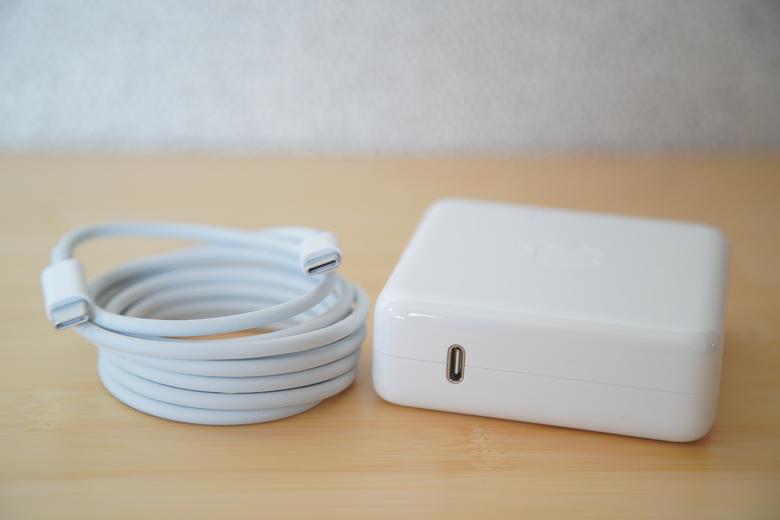 新型MacBook Pro 2018 USB-C充電ケーブルと充電アダプタ