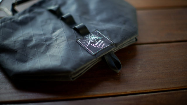RawLow Mountain Works Tabitibi Tote X-PAC All Black ロゴ
