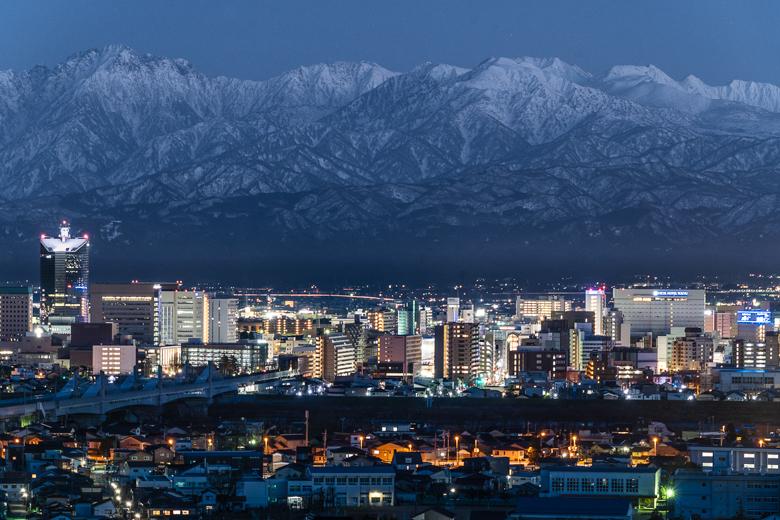 富山市と立山連峰