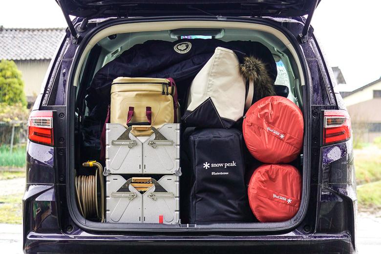 車にキャンプ用品を積載した画像
