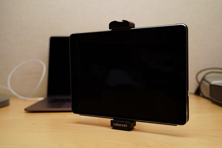 Ulanziのタブレット ホルダー にiPad Pro 10.5インチを取り付け