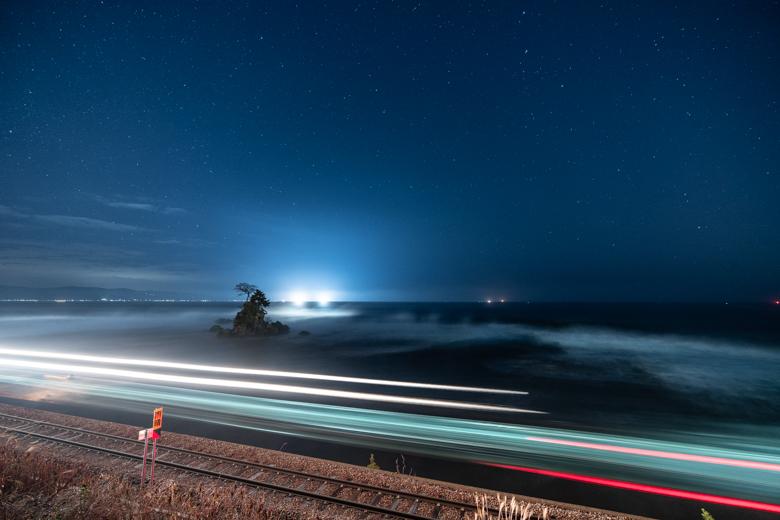 夜の雨晴海岸。星と女岩と氷見線