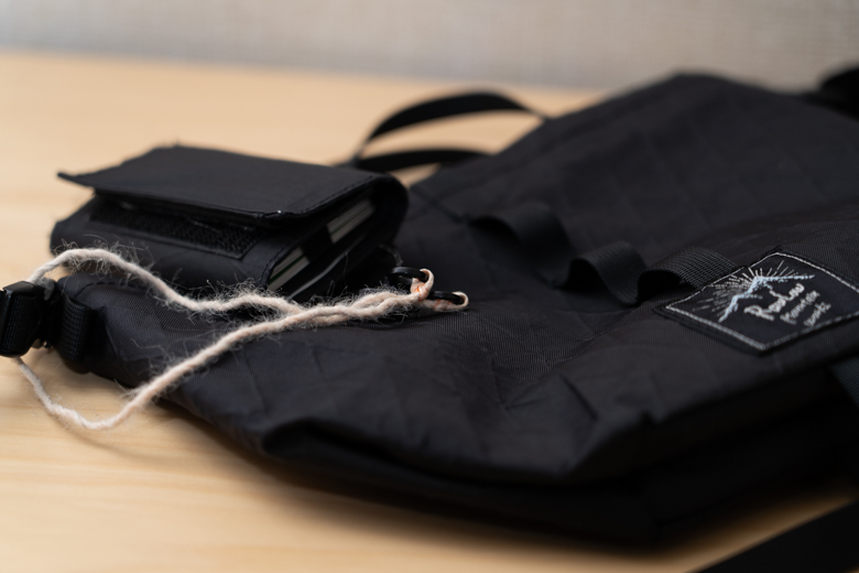 MINIMALIGHTのPLAY WALLET – X-PACにRIDGE MOUNTAIN GEARのDyneema Wallet Codeをつけた写真