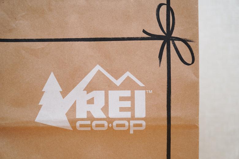 アウトドアショップ REI Co-opのショッピングバッグ