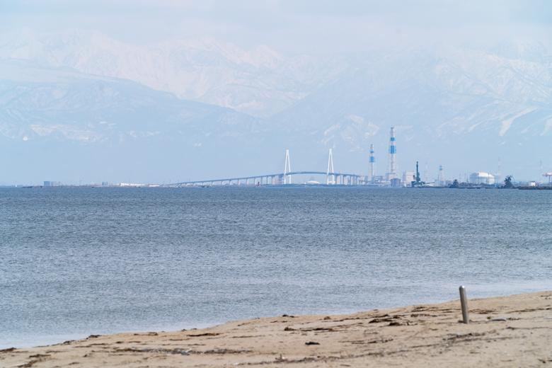 氷見海岸から撮影した新湊大橋