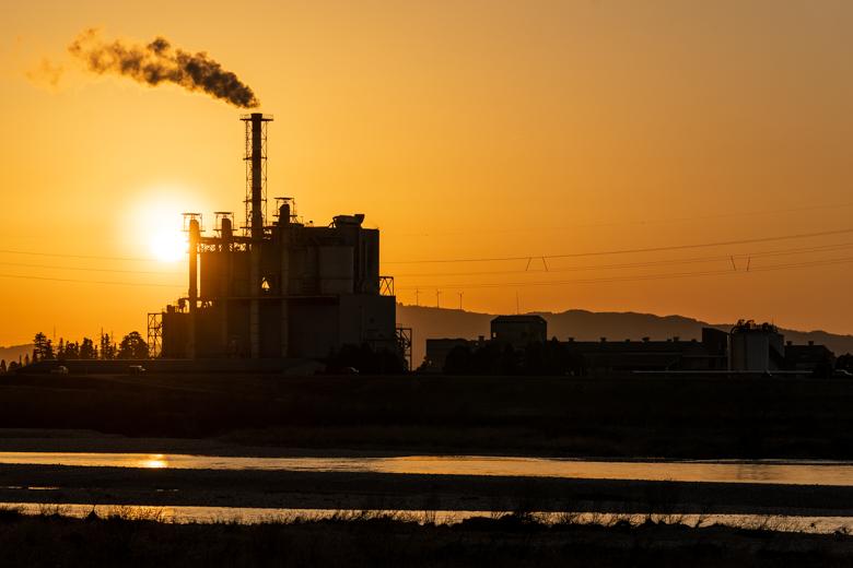 夕日をバックに地元工場の撮影