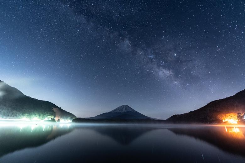 精進湖で撮影した富士山と天の川の写真