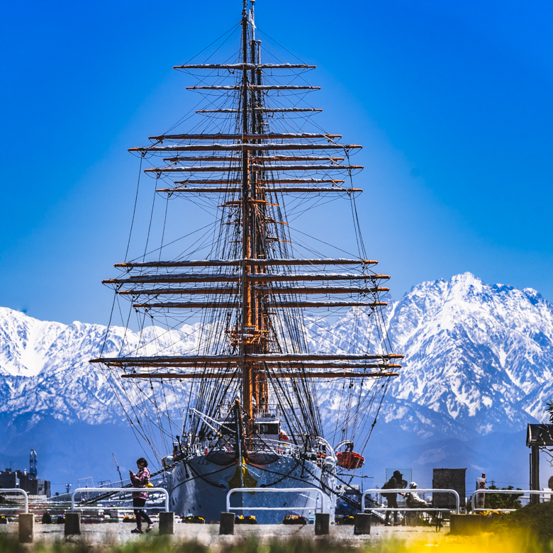 海王丸と立山連峰