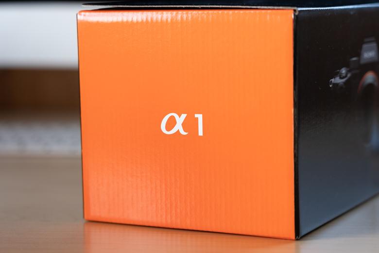 SONY α1(ILCE-1)の外箱側面 α1のマーク